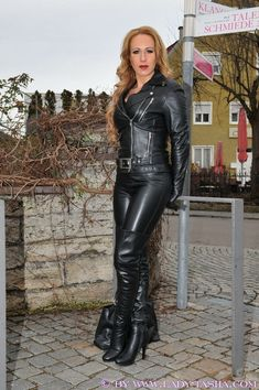To be dominated by a woman in leather is an amazing thing! To be fucked by a woman in leather with a strap-on is sensational! Crazy Outfits, Sexy Outfits, Black Leather Gloves, Leather Pants, Mode Latex, Leder Outfits, Latex Dress, Leather Dresses, Sexy Boots