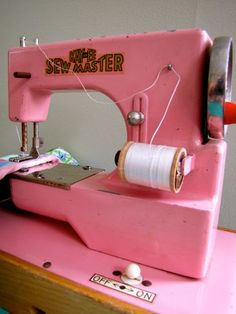 Vintage Sewing Machine... Wish my grandmother was alive. She would have loved this pink machine