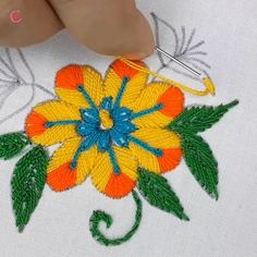 hand embroidery flower design Bordado a mano Hand Embroidery Flower Designs, Diy Embroidery Patterns, Hand Embroidery Videos, Embroidery Flowers Pattern, Embroidery Stitches Tutorial, Simple Embroidery, Creative Embroidery, Learn Embroidery, Embroidery Techniques