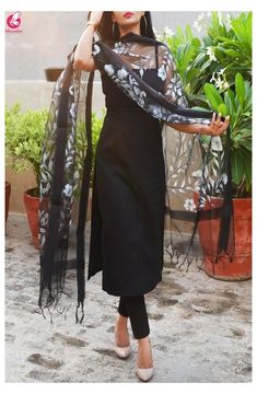 Kurta Designs, Kurti Designs Party Wear, Lehenga Designs, Plain Kurti Designs, Indian Gowns Dresses, Indian Fashion Dresses, Dress Indian Style, Fashion Outfits, Fashion Styles