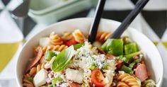 Pastasalaatti sopii niin noutopöytään kuin maukkaaksi lounaaksi. Tämä pastasalaatti saa makua pepperonista, mozzarellasta ja tomaateista.