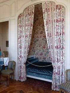 Villandry - le Château - intérieur Château De Villandry, Chateaus, Architecture, France, Curtains, Home Decor, Tree Tunnel, Water Garden, Life