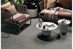 Felbermair zeigt eine Terrasse mit modernen Gartenmöbeln und dunkelgrauen, quadratischen Bodenfliesen von Mirage. Felbermair Keramikwelt zeigt Mirage | www.felbermair.at