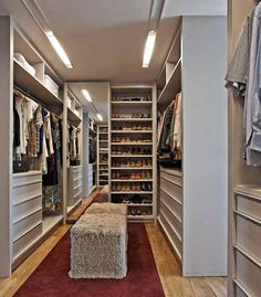 A walk in closet. Sleek, Warm Interior: Apartment LA by David Guerra Walking Closet, Zeitgenössisches Apartment, Apartment Interior, Apartment Ideas, Big Closets, Dream Closets, Open Closets, Contemporary Apartment, Rustic Contemporary