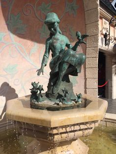 Cinderella fountain at Disneyland Paris! Disneyland Paris, Disney Pictures, Statue Of Liberty, Fountain, Cinderella, Lion Sculpture, France, Travel, Art