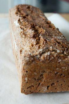 Lav dit eget sunde rugbrød. God, fiberrig og sund opskrift som giver to dejlige brød.