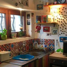 Top Ideas to Get Boho Style Kitchen Hippie Kitchen, Bohemian Kitchen, Rustic Kitchen, Vintage Kitchen, Kitchen Decor, Kitchen Ideas, Bohemian House, Kitchen Interior, Kitchen Dining