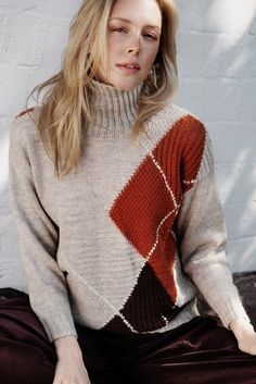 Large argyle patterns in the colours of autumn leaves, worked in intarsia knitting, dominate this comfortable sweater from Novita Nalle yarn. Intarsia Knitting, Sweater Knitting Patterns, Urban Looks, Knit Fashion, Pulls, Knitwear, Knit Crochet, Sweaters For Women, Knit Sweaters