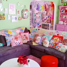 Another #weekend over  #kitsch #vintagehome #retrohome #interiors #homedecor #lovemyhome #kawaii #kitschy #picoftheday #vintagestyle #vintagehomedecor #bambi #pretty #candyland #follow #magic #vintagehomedecor #pasteldream #rainbow #interior #homedecoration #pink #happy #kitschhome #vintage