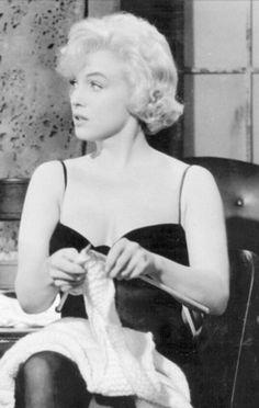 Maralyn Monroe Knitting