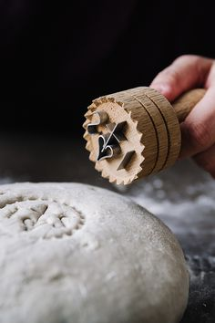 Zum Stempel von Brot und Striezel: Es ist immer etwas Besonderes, einen Laib Brot anzuschneiden: das Knirschen der Rinde, der herrliche Duft! Noch schöner ist es, wenn das Brot mit einem Brotstempel gezeichnet wurde. Denn diese Kennzeichnung macht bewusst, was für ein Geschenk es ist, täglich Brot zu haben. Schon in Ägypten und im antiken Griechenland benutzten die Menschen Brotstempel. Bis heute findet der Brotstempel seinen Einsatz und ist zu einem beliebten Geschenk geworden.