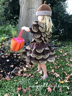 Pine Cone Halloween Costume DIY tutorial and pictures - - My 3 year old decided that she wanted to be a pine cone for Halloween. I had no other option that to DIY my own pine cone Halloween costume. Halloween Costumes To Make, Looks Halloween, Halloween Kids, Halloween Crafts, Halloween Party, Halloween Pictures, Marshmallow Halloween Costume, Diy Toddler Costume, Nature Halloween Costume
