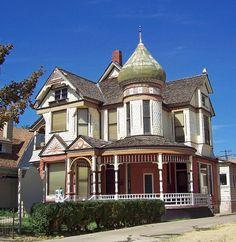 Красивый дом белого цвета в викторианском стиле