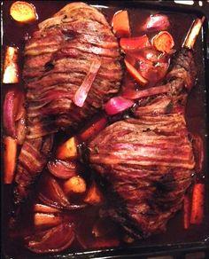 Langtidsstegt krondyrkølle med rodfrugter og tranebær relish || RIGTIG god. Kølle på 2,7kg var fin efter 3 timer. 3 pk bacon til net. Tranebær erstattet med tyttebærsyltetøj med godt resultat Catering, Food And Drink, Pork, Meals, Bacon, Kale Stir Fry, Catering Business, Meal, Gastronomia