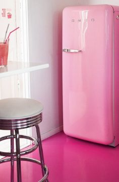 pink smeg and painted floor! I would love a pink smeg for my house Pink Lady, Deco Rose, I Believe In Pink, Color Rosa, Pink Color, Everything Pink, Home And Deco, Vintage Kitchen, Vintage Fridge
