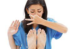 Quem sofre de maus odores nos pés sabe o quão desagradável se pode tornar este problema e poderá mesmo sofrer com a auto-estima em baixo.