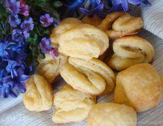 Этот простой рецепт перешел ко мне от мамы. В детстве она нас часто баловала такими печеньками. Очень простое в приготовлениии, на вкус очень нежное, слоистое, мягкое и, в то же время с хрустинкой....