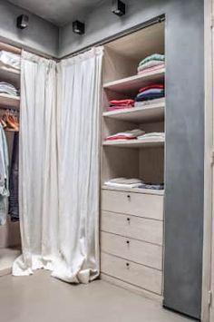 Perfect Schlafzimmer Nische aus Holz mit praktischen Schubl den und Kleiderschrank