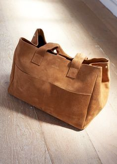 Tendance Sac 2018 : Tendance Sac 2018 : Sézane Vadim Bag Source by linaruffing 2017 Burberry Handbags, Tote Handbags, Purses And Handbags, Suede Handbags, Sac Michael Kors, Bags 2017, Black Leather Handbags, Leather Bags, Big Bags
