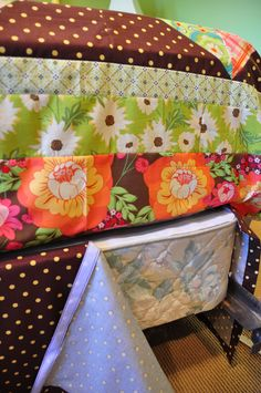 Bed skirt TUTORIAL - Fabric - hot glue and velcro :) Easy Peasy...