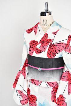 白の地にいわさきちひろの水彩絵本からひらりと舞って抜け出してきたような蝶々模様が染め出された注染レトロ浴衣です。