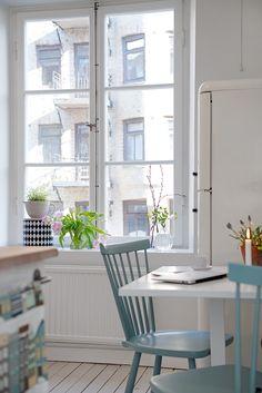 Bild: Alvhem Mäkleri Är du rädd för färg men är ändå sugen på en liten förändring i ditt kök? Mitt tips är att måla dina stolar i en accentfärg. Den här underbara duvblå tonen på stolarna i det här...