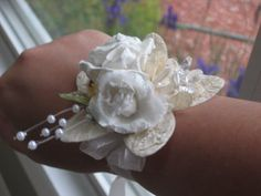 Two Brunettes - Two Brunettes - project wedding: DIY wristcorsages