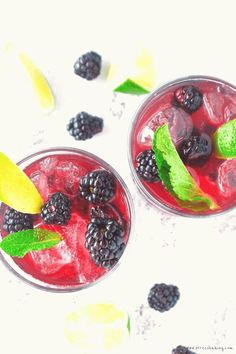 A fun and colorful spin on the classic mint julep – a touch of lime and homemade blackberry syrup gives it a fruity kick! Whiskey Cocktails, Summer Drinks, Cocktail Recipes, Sangria Rosé, Blackberry Syrup, Strawberry Mojito, Recipe For Teens, Mojito Recipe, Daisies