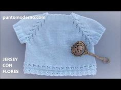 JERSEY DE BEBÉ TEJIDO CON FLORES - YouTube Crochet Baby Sweaters, Knitted Baby Clothes, Knitting For Kids, Baby Knitting Patterns, Crochet Girls, Crochet Top, Raglan, Coat Patterns, Baby Cardigan