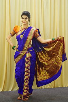 There are hundreds of different saree wearing style. If one thing Bollywood has taught us efficiently then it is obvious that there hundreds of ways one could wear a saree and rock the red carpet. Maharashtrian Saree, Marathi Saree, Marathi Bride, Marathi Wedding, Kashta Saree, Lehenga Saree Design, Lehenga Choli, Saree Wearing Styles, Saree Styles