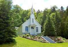 «Seigneurie de la Chapelle» Lac Gémont, QC // Scénario Idéal's favorite chapels in Quebec for a small, intimate and romantic wedding www.scenarioideal.com // http://scenarioideal.com/inspiration/la-petite-chapelle-blanche/  #wedding #chapel #smallwedding #intimatewedding #church #weddingplanner #montreal #quebec