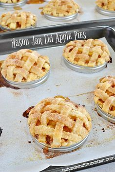 Mason Jar Lid Apple Pies - Apple of My Baby Shower - Torten Mason Jar Pies, Mason Jar Desserts, Mason Jar Meals, Meals In A Jar, Apple Desserts, Köstliche Desserts, Apple Recipes, Delicious Desserts, Cake Recipes