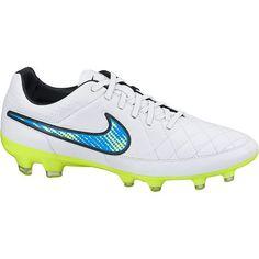 NIKE TIEMPO LEGACY V FG - Voetbalschoenen van het merk Nike voor heren. Deze schoenen zijn gemaakt van soepel en stevig kalfsleder. Dit zorgt ervoor dat water gemakkelijk afgestoten wordt. Zodoende blijf je comfortabel spelen onder natte omstandigheden. Het hypershield helpt je perfecte ballen te passen en de bal onder controle te houden. De noppen zijn strategisch geplaatst en dit biedt een ultieme grip en tractie.