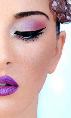 Purple lips - Winged liner
