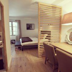 Chambre en parquet et grand lit