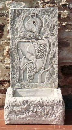 Fontana da giardino, cemento bianco a muro cemento armato e marmo macinato, manufatto artigianale italiano resistente alle intemperie da esterno