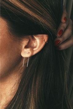 piercing femme, manucure rouge, cheveux raids, anneau discret piercing, boucles d'oreilles sur lobe