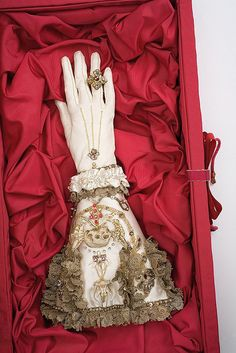 "NOT ""Glove of Elizabeth I""  Wishful thinking.  This is contemporary art by Rozanne Hawksley. http://www.rozannehawksley.com/"