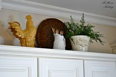 Northern Nesting: A new look above the Kitchen cabinets – Home Decor Ideas Above Cabinet Decor, Decorating Above Kitchen Cabinets, Kitchen Cupboards, Kitchen Decor, Kitchen Ideas, Fridge Decor, Above Cabinets, Kitchen Display, Condo Kitchen
