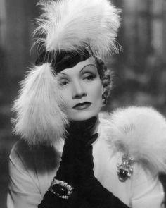 La icónica Marlene Dietrich con sus joyas de esmeraldas en cabujón y diamantes de la firma Trabert&Hoeffer y de Mauboussin