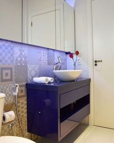 Inspiração de banheiro. 💙 #decoracao #banheiros #lavabos #reforma #construcao #arquitetura #design #homedecor #arq #interiores #interiordesign #designdeinteriores #decoracao #decor #projetos #arquiteta #arquiteto