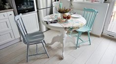 mint chair,  white table, okrągły stół, mietowe krzesło, szare krzesło, białe mieszkanie,