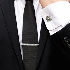 Setul de nunta format din butoni camasa de forma patrata si ac cravata argintiu reprezinta o alegere inspirata pentru mirii care poarta la nunta camasa cu manseta pentru butoni si cravata. Perechea de butoni camasa si acul de cravata iti vor pune in evidenta tinuta de ocazie, fie ca esti viitor mire sau nas. Daca esti adeptul stilului minimalist, atunci aceste accesorii de culoare argintie sunt ceea ce cauti. Butonii de camasa patrati cu model si pietricica in mijloc se prind cu o cheita… Nasa, Tie Clip, Accessories, Fashion, Moda, Fashion Styles, Fashion Illustrations, Tie Pin, Jewelry Accessories