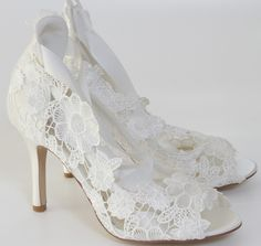 Veja 8 formas de transformar sapatos para noivas em espetaculares sapatos customizados e inspiradores para complementar o visual da noiva no grande dia!