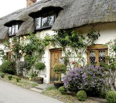 English cottage décor can include a beautifully mismatched array of plants - English cottage décor can include a beautifully mismatched array of plants - Style Cottage, English Cottage Style, English Country Cottages, English Country Style, Cute Cottage, English House, English Countryside, Cottage Living, Cottage Homes
