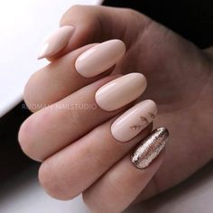 35 Stylish Glitter Almond Nail Designs in 2020 Shellac Nail Designs, Nail Tip Designs, Almond Nails Designs, Shellac Nails, Nude Nails, Art Designs, Nail Art Discret, French Nails, Gold Manicure
