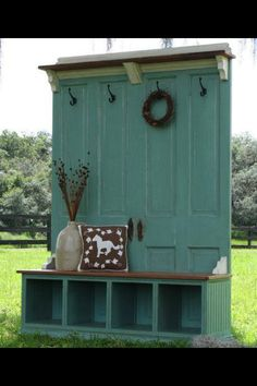 40 Creative Ways to Repurposed an Old Door - Vintage furniture that reuses and recycles old wood doors looks attractive and original. Creative recycled crafts and furniture design projects offer great inspiration for recycled old door tables by Joey Furniture Projects, Home Projects, Diy Furniture, Furniture Plans, Furniture Design, Diy Door Projects, Pallet Projects, Diy Projects With Old Doors, Rustic Furniture
