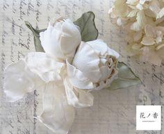 所々クラッシュを入れたリボンとコロンとした丸いつぼみ型の花が風になびいているイメージのボリュームのあるヘッドドレス(バレッタ式)です。綿のやさしい風合いを活か...|ハンドメイド、手作り、手仕事品の通販・販売・購入ならCreema。