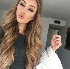 make up, winged eyeliner, soft brown smokey eye, eyebrows, nude pink lips, contouring, bronzer, highlighter, bleu eyes, blonde long wavy hair,