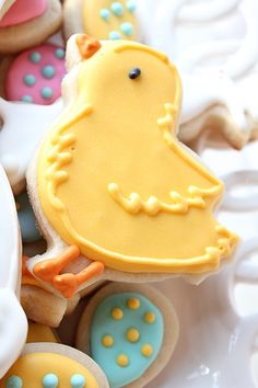 These sugar cookies would be darling on an Easter buffet. Fancy Cookies, Iced Cookies, Easter Cookies, Easter Treats, Holiday Cookies, Cake Cookies, Sugar Cookies, Easter Food, Cookies Decorados